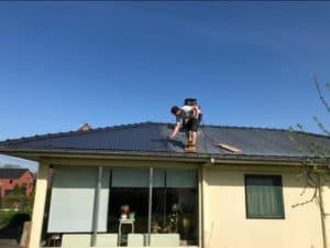 Ouvrier en train de travailler sur une toiture